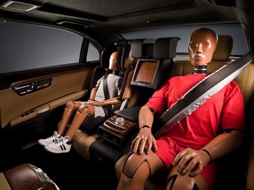Prototipo de airbag de cinturón con crash dummies