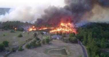 Incendio forestal que alcanza una carretera