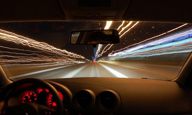 Interior de un coche y carretera nocturna