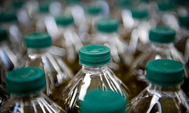 Botellas de plástico llenas de aceite