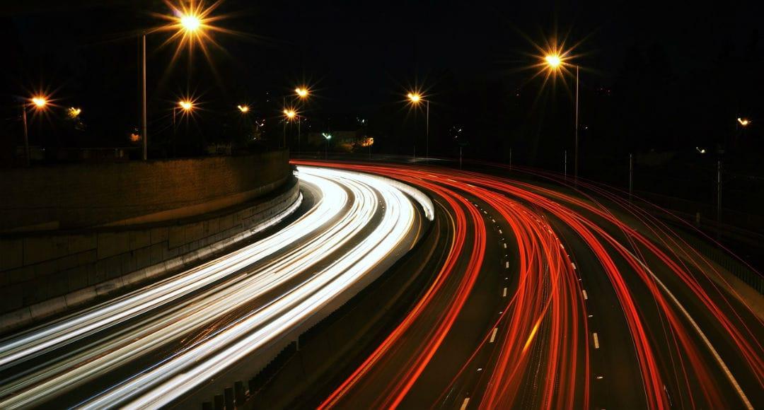 Carretera de noche - luces del coche