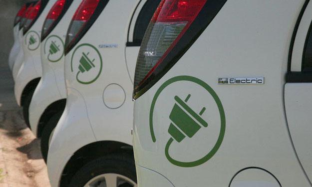 Fila de coches eléctricos