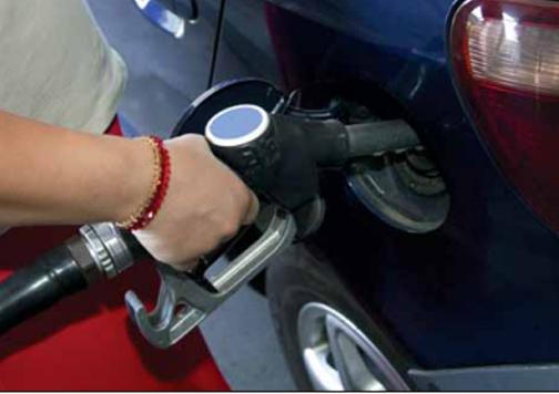 echando gasolina
