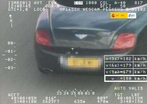 coche Aston Martin superando límite de velocidad.