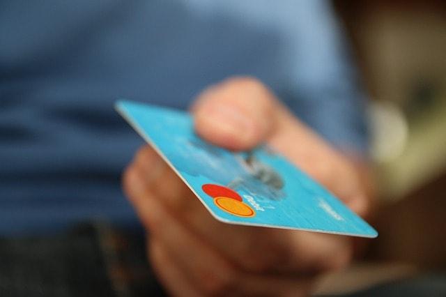 Mano pagando con tarjeta