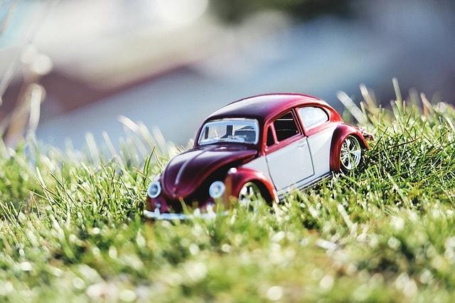 Coche miniatura sobre hierba