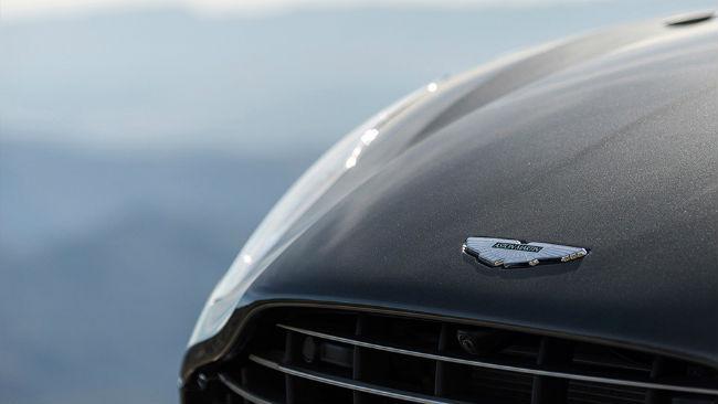 Logo Aston Martin y faro delantero