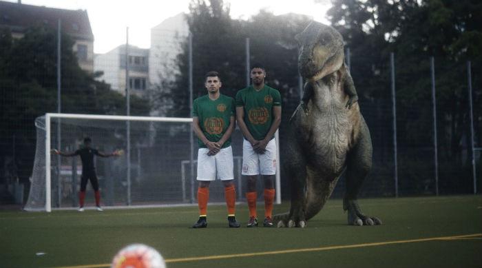 Escena Anuncio Audi RS 7 - Tyrannosaurus Rex con futbolistas