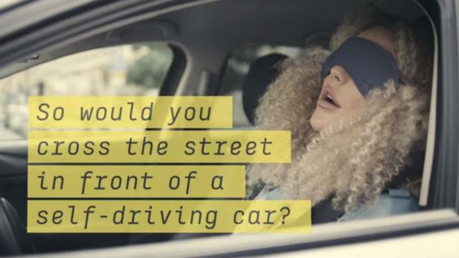 Mujer durmiendo en coche autónomo